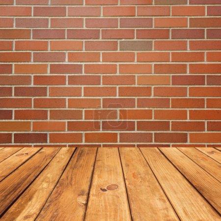 Foto de Piso deck de madera sobre fondo de pared de ladrillo - Imagen libre de derechos