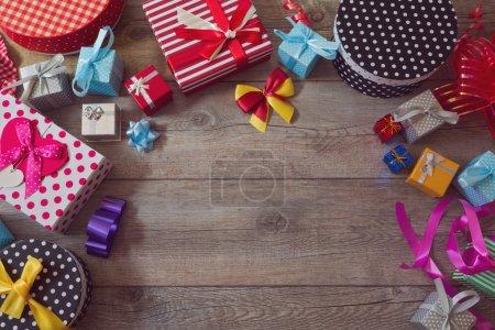 Photo pour Coffrets cadeaux de Noël sur table en bois. Vue d'en haut avec espace de copie - image libre de droit