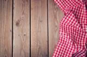 Table ancienne en bois avec nappe checked