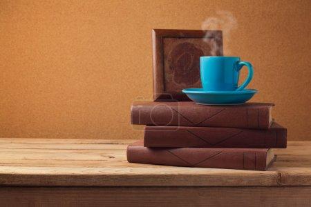 Photo pour Tasse à café et livres sur table vintage en bois - image libre de droit