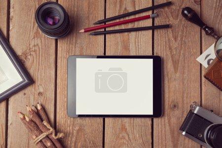 Photo pour Modèle de tablette numérique pour la présentation d'œuvres d'art ou de conception d'applications. Vue d'en haut - image libre de droit