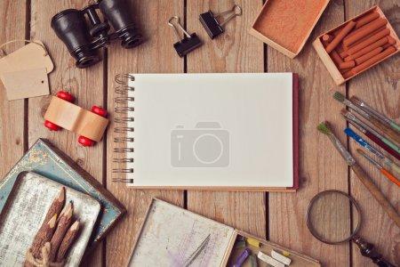 Foto de Cuaderno simulado para ilustraciones o presentaciones de diseño de logotipos con objetos creativos. Vista desde arriba - Imagen libre de derechos