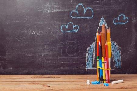 Photo pour Retour à fond d'école avec fusée de crayons - image libre de droit