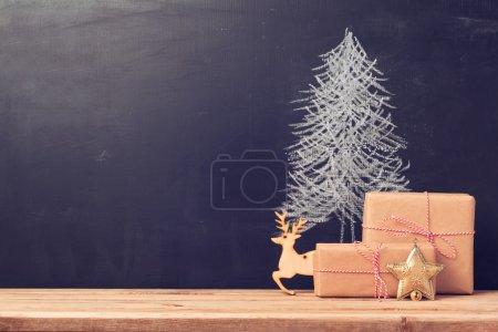Photo pour Fond de Noël avec tableau et cadeaux - image libre de droit