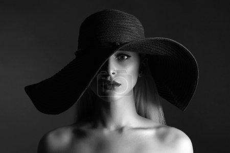 portrait monochrome de belle femme dans hat.fashion beauté fille