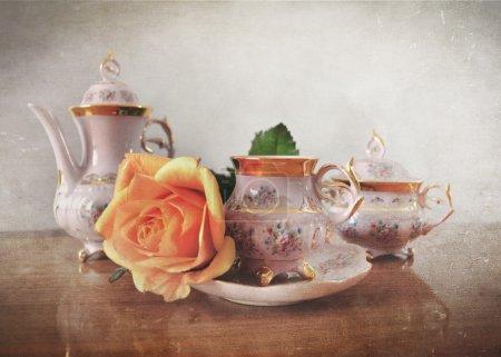 Photo pour Set de thé en porcelaine avec effet vintage rétro Instagram style et filtre grunge . - image libre de droit