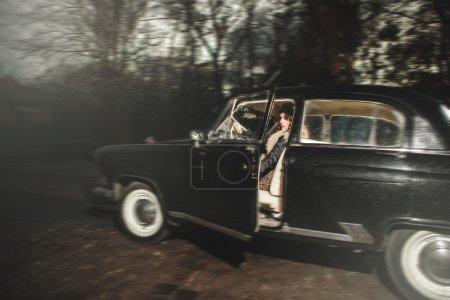Photo pour Attrayant jeune fille assise au volant d'une voiture - image libre de droit