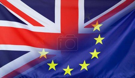 Photo pour Concept de relations avec la Grande-Bretagne et l'Union européenne avec drapeau tissu réel fusionnée en diagonale - image libre de droit