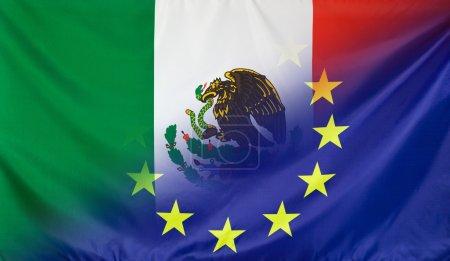Foto de Concepto de las relaciones México y la Unión Europea con la bandera diagonalmente combinado tela real - Imagen libre de derechos