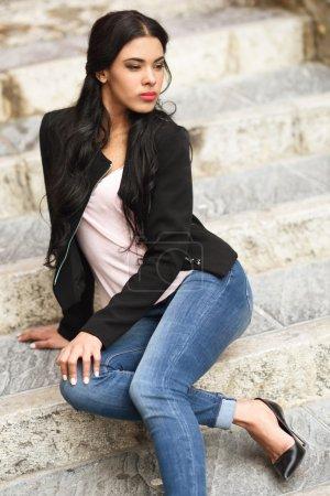 Photo pour Portrait de jeune femme hispanique portant des vêtements décontractés en arrière-plan urbain - image libre de droit
