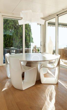 Photo pour Beaux intérieurs d'une maison moderne, salle à manger - image libre de droit