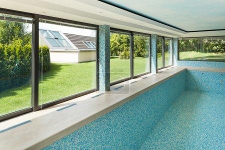 Photo pour Piscine vide, intérieur d'une villa moderne - image libre de droit
