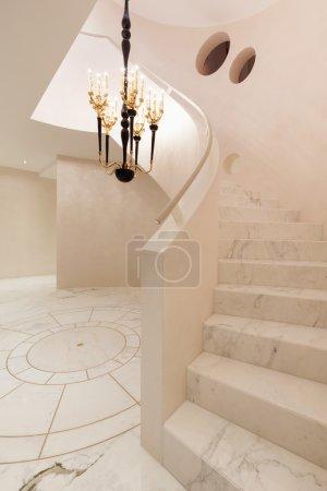 Photo pour Géométrique intérieur avec plancher de marbre et des escaliers - image libre de droit