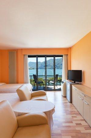 Photo pour Chambre d'hôtel avec une vue exceptionnelle sur le lac et les montagnes - image libre de droit