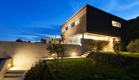 Photo pour Architecture design moderne, belle maison, scène de nuit - image libre de droit