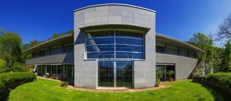 Foto de Exterior de casa moderna en verano, nadie dentro de - Imagen libre de derechos