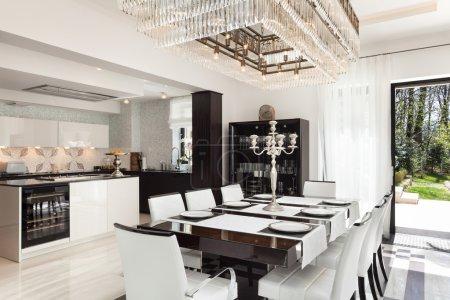Photo pour Architecture, maison moderne, beaux intérieurs, salle à manger - image libre de droit