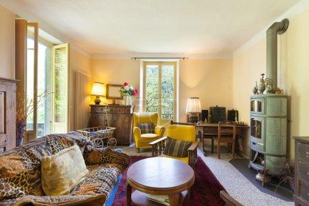 Photo pour Intérieurs, beau séjour d'une maison rustique, mobilier vintage - image libre de droit