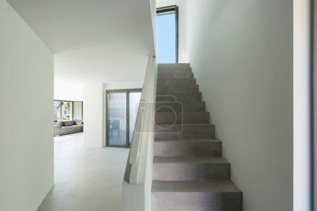 Photo pour Architecture, intérieur maison moderne, escalier en ciment - image libre de droit