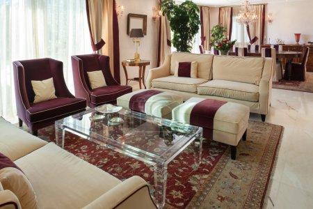 Photo pour Salon confortable, d'un mobilier de conception maison, classique - image libre de droit
