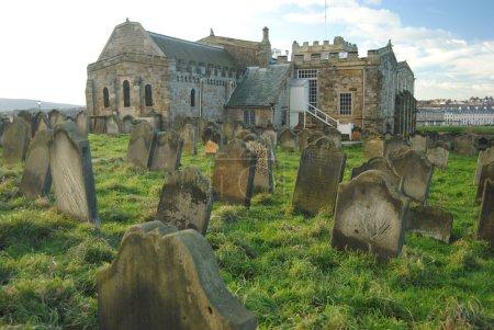 Photo pour Whitby, village typique du Yorkshire, avec son ancienne abbaye et son suggestif cimetière au sommet des falaises et une vue magnifique que vous atteignez à travers les célèbres 199 marches. - image libre de droit