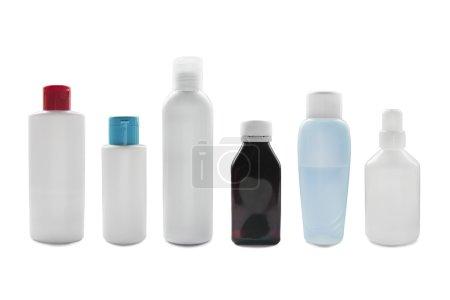 Photo pour Groupe de bouteilles vierges isolées sur blanc - image libre de droit