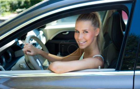 Photo pour Attrayant jeune fille en voiture à la position des conducteurs - image libre de droit