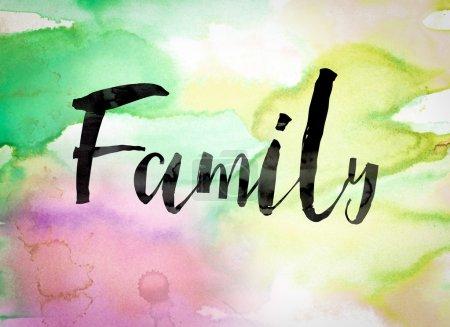 Photo pour Le mot « Famille », écrit en peinture noire sur un fond coloré de lavé aquarelle. - image libre de droit