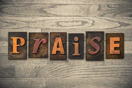 """Photo pour Le mot """"PRAISE"""" écrit en caractères typographiques en bois . - image libre de droit"""