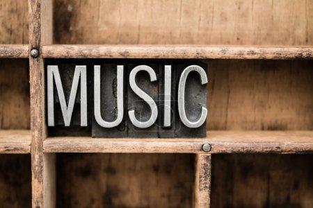 """Photo pour Le mot """"Musique"""" écrit en métal vintage type de presse-lettres dans un tiroir en bois avec des diviseurs. - image libre de droit"""