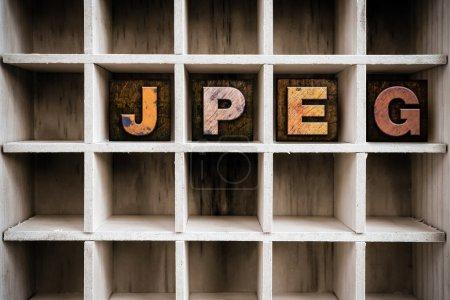 """Photo pour Le mot """"JPEG"""" écrit à l'encre vintage type typographie en bois teinté dans le tiroir d'une imprimante cloisonnée . - image libre de droit"""