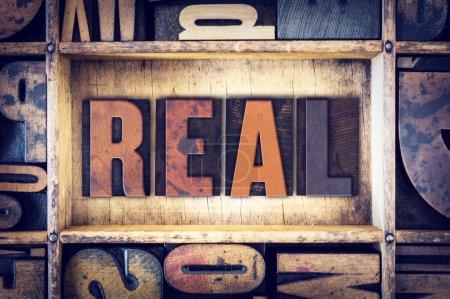 """Photo pour Le mot """"Real"""" écrit en style typographique vintage en bois . - image libre de droit"""