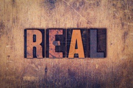 """Photo pour Le mot """"Real"""" écrit en typographie vintage sale sur un fond de bois vieilli . - image libre de droit"""
