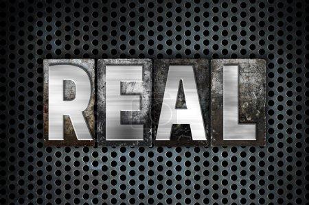 """Photo pour Le mot """"Real"""" écrit en métal vintage typographie sur fond de grille industrielle noire . - image libre de droit"""