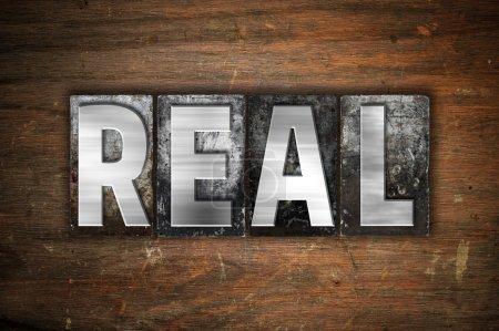 """Photo pour Le mot """"réel"""" écrit en métal vintage typographie sur un fond de bois vieilli . - image libre de droit"""