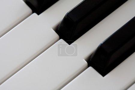 Photo pour Vue en gros plan sur un clavier piano touches noir et blanc, intérieur. (Objet, Musique, Divertissement ). - image libre de droit