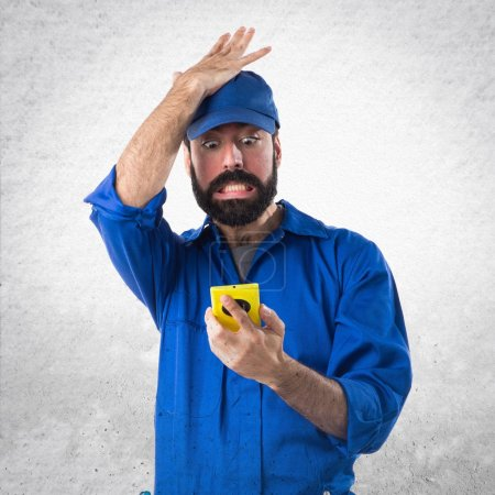 Photo pour Plombier parler vers les mobiles - image libre de droit