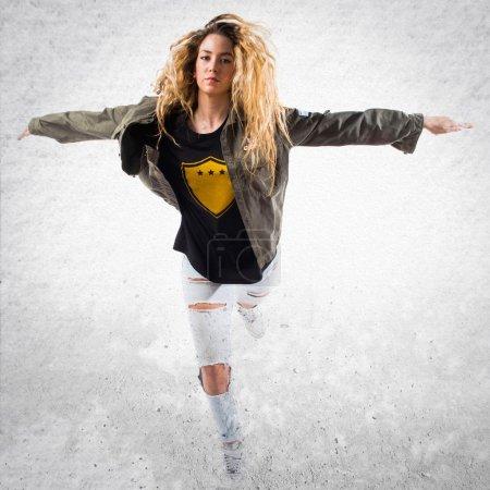 Photo pour Adolescent jolie fille blonde dansant - image libre de droit