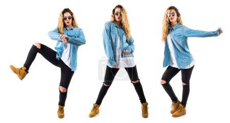 Photo pour Jeune fille danseuse sur fond isolé - image libre de droit