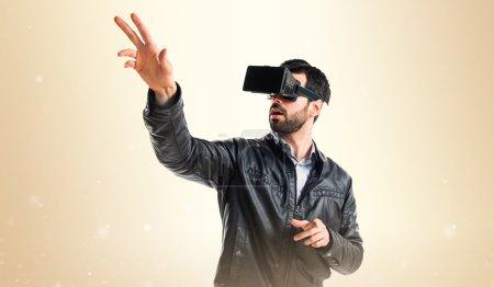 Photo pour Homme utilisant des lunettes VR - image libre de droit