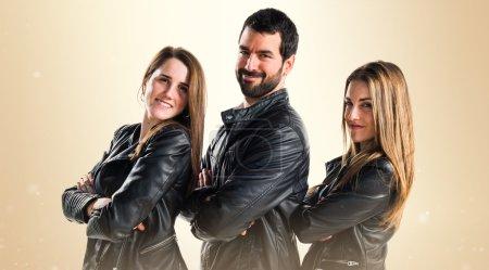 Photo pour Trois amis avec cuir noir - image libre de droit
