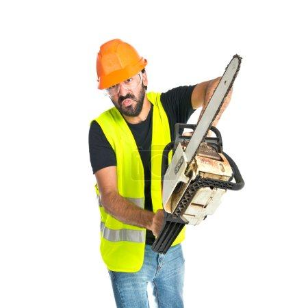 Photo pour Ouvrier avec tronçonneuse sur fond blanc - image libre de droit
