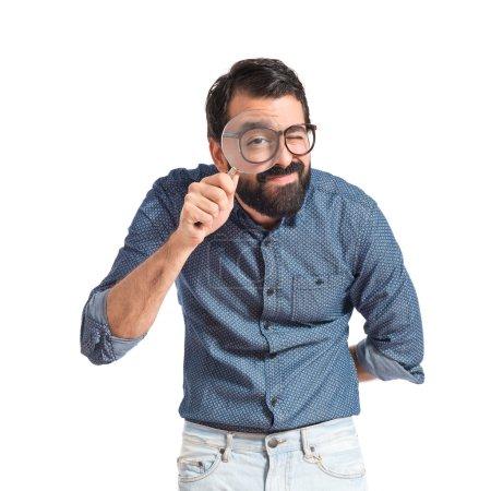 Photo pour Jeune homme hipster avec loupe - image libre de droit