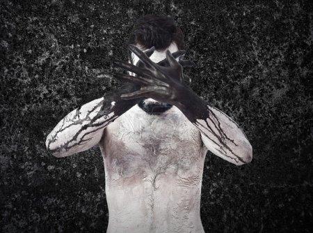 Foto de El mal que cubre su rostro - Imagen libre de derechos