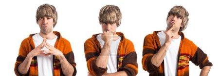 Photo pour Blonde homme réfléchissant sur fond blanc - image libre de droit