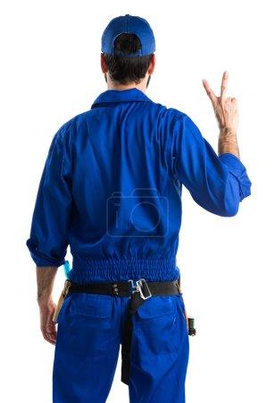 Photo pour Plombier faisant geste de victoire - image libre de droit