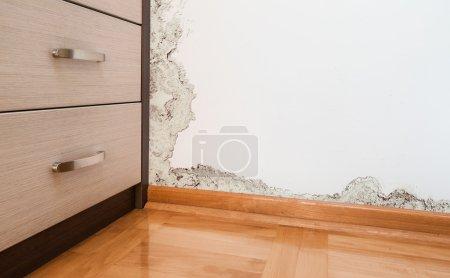 Photo pour Accumulation de moisissure et d'humidité sur le mur d'une maison moderne - image libre de droit