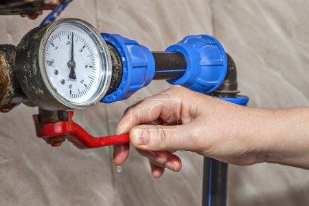 Photo pour Pression du manomètre, robinet principal fermé à la main, gros plan . - image libre de droit