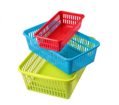 Photo pour Système de rangement ménager, set paniers en plastique coloré de différentes tailles, différentes couleurs, isolé sur un fond blanc . - image libre de droit