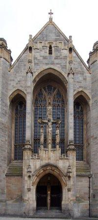 Photo pour Vue rapprochée de l'entrée de la rue de la cathédrale catholique de Leeds de Saint annes dans le centre-ville de Leeds, dans le yorkshire occidental - image libre de droit